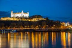 Bratislava-Schlossnacht und Danune-Fluss slowakei bratislava Stockbild
