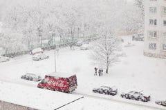 Bratislava, Sistani, 30th Styczeń, 2015: Koka-kola czerwony doręczeniowy samochód w ciężki snowing - dzieci cieszą się śn obrazy stock