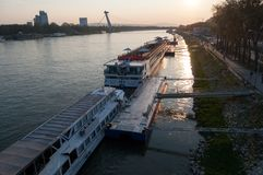 Bratislava-Skyline auf der Donau lizenzfreies stockbild