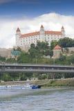 Bratislava slott över Donau Arkivfoton
