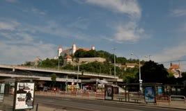Bratislava slott över Donau Arkivbilder