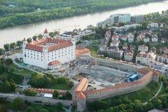Bratislava slott och Danube River på skymning, Slovakien Arkivbilder