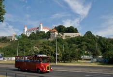 Bratislava slott och röd sightbuss Royaltyfria Foton
