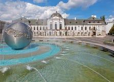 Bratislava - slott- och springbrunnungdomen för presidenter (eller Grasalkovic) av skulptören Tibor Bartfay Royaltyfri Foto