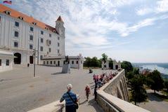 Bratislava slott och statyn av konungen Svatopluck framme Royaltyfria Bilder