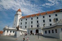 Bratislava slott och statyn av konungen Svatopluck framme Royaltyfri Bild