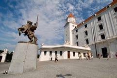 Bratislava slott och statyn av konungen Svatopluck framme Arkivfoto
