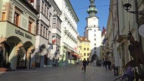 BRATISLAVA, SLOVACCHIA - novembre 2013: Il centro storico di Bratislava Bratislava sta occupando entrambe le banche del video d archivio