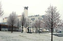 BRATISLAVA SLOVAKIEN - December: Promenera på Donauflodstranden nära den gamla staden, Bratislava, Slovakien på December, 2016 arkivbild