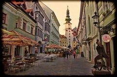 BRATISLAVA SLOVAKIEN - JUNI 14: Folket besöker den gamla staden på Juni 14, 2014 i Bratislava Royaltyfria Foton