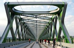 BRATISLAVA SLOVAKIEN - MAJ 20, 2016: Sikt från Bratislavas nya gamla bro (Stary mest) arkivfoton