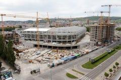 Bratislava Slovakien - Maj 1st 2018 - byggande av en ny fotbollsarena royaltyfria foton