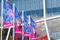 Bratislava Slovakien - Maj 7th 2019: Flaggor med maskot - 3 dagar för hockeyvärldsmästerskap royaltyfri fotografi