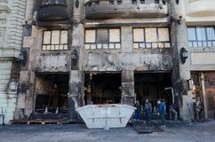 Bratislava Slovakien, 29th November 2018: Brandolyckan förstörde den lyxiga restaurangen - jul marknadsför royaltyfri fotografi