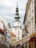 BRATISLAVA, SLOVAQUIE - avril 2016 - touristes visitant le pays sur la rue de Michalska dans ville du ` s de Bratislava la vieill photo stock
