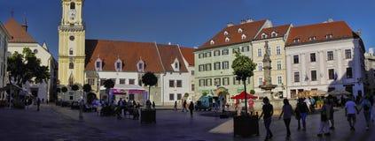 BRATISLAVA, SLOWAKEI - 14. JUNI: Leute besichtigen alte Stadt am 14. Juni 2014 in Bratislava Lizenzfreie Stockbilder