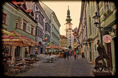 BRATISLAVA, SLOWAKEI - 14. JUNI: Leute besichtigen alte Stadt am 14. Juni 2014 in Bratislava Lizenzfreie Stockfotos