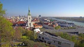 BRATISLAVA, SLOWAKEI - November 2013: Die historische Mitte von Bratislava Bratislava besetzt beide Banken von stock video footage