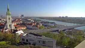 BRATISLAVA, SLOWAKEI - November 2013: Die historische Mitte von Bratislava Bratislava besetzt beide Banken von stock video