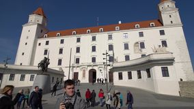 BRATISLAVA, SLOWAKEI - November 2013: Die historische Mitte von Bratislava Bratislava besetzt beide Banken von stock footage