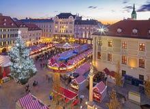 BRATISLAVA, SLOWAKEI - 28. NOVEMBER 2016: Weihnachtsmarkt auf dem Hauptplatz in der Abenddämmerung Stockfoto