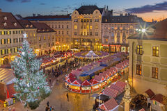 BRATISLAVA, SLOWAKEI - 28. NOVEMBER 2016: Weihnachtsmarkt auf dem Hauptplatz in der Abenddämmerung Lizenzfreies Stockfoto