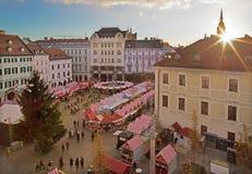 BRATISLAVA, SLOWAKEI - 28. NOVEMBER 2016: Weihnachtsmarkt auf dem Hauptplatz in der Abenddämmerung Lizenzfreies Stockbild