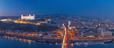 BRATISLAVA, SLOWAKIJE, DECEMBER - 1, 2017: Panoramische horizon van de Stad van SNP-Brug bij schemer Stock Afbeelding