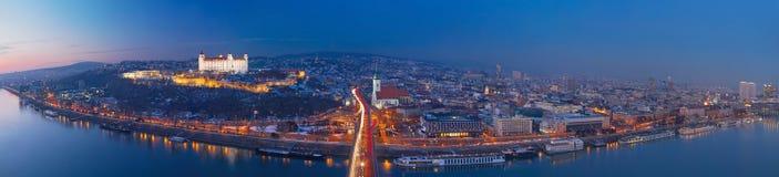 BRATISLAVA, SLOWAKIJE, DECEMBER - 1, 2017: Panoramische horizon van de Stad van SNP-Brug bij schemer Stock Afbeeldingen