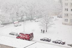 Bratislava, Slowakije, dertigste Januari, 2015: Auto van de coca-cola de rode levering in het zware sneeuwen - de kinderen geniet stock afbeeldingen