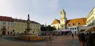 BRATISLAVA, SLOWAKIJE - JUNI 14: De mensen bezoeken Oude Stad op 14 Juni, 2014 in Bratislava Stock Afbeeldingen