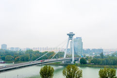 BRATISLAVA, SLOWAKIJE - OKTOBER 16, 2015: Nieuwe brug in Bratislava, Slowakije Stock Fotografie