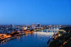 Bratislava-Stadt-blaue Stunden-Fluss-Ansicht stockfotos