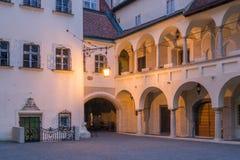 Bratislava-Stadt Hall Courtyard an der Dämmerung, Slowakei lizenzfreie stockfotografie