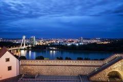 Bratislava-Stadt-Skyline an der blauen Stunde stockfotografie