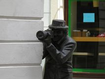 Bratislava-Statue von Paparazzi Stockfotos