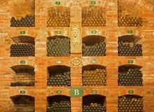 Bratislava - szczegół butelki od wnętrza callar wielki Słowacki producent wino. Obrazy Stock