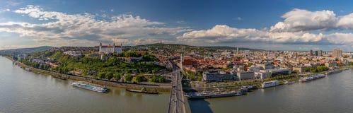 Bratislava- und Donau-Panorama stockfotos
