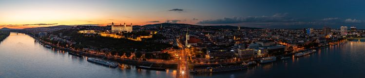 Bratislava- und Donau-Sonnenuntergang-Panorama stockbild