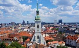 Bratislava - vista dal castello sopra la vecchia città alla nuova città fotografia stock