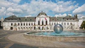 Bratislva - el palacio y la fuente de los presidentes (o Grasalkovic) Imágenes de archivo libres de regalías