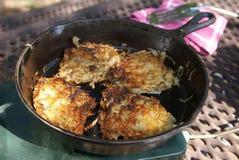Bratkartoffeln im Skillet Stockbilder