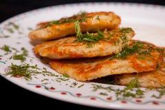 Bratkartoffeln mit Sauerrahm und Dill Stockfotografie