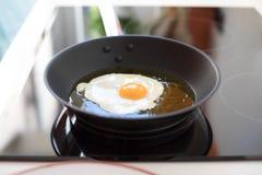 Bratpfanne, die Ei kocht lizenzfreies stockfoto
