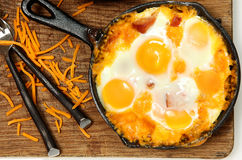 Bratpfanne gebackene Eier und Wurst mit Käse Stockfoto