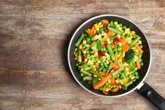 Bratpfanne mit Mischung des gefrorenen Gemüses lizenzfreies stockbild