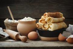 Bratpfanne von gebackenen Pfannkuchen, Bestandteile für die Pfannkuchenherstellung stockfoto