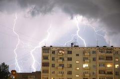 Bratsk, calle Krupskoy 18 tarde Fotos de archivo