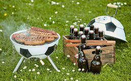 Bratwurst σε μια σχάρα στο ποδόσφαιρο BBQ Στοκ φωτογραφίες με δικαίωμα ελεύθερης χρήσης