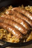 Bratwurst asado de la cerveza con Saurkraut Imagen de archivo